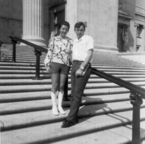 Oboje su, svako za sebe, šezdesetih godina pobegli iz Jugoslavije u Ameriku. On je imao samo mali kofer i četrdeset dolara u džepu.