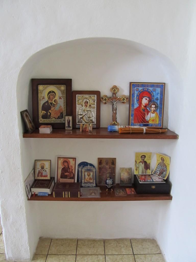 Sve što mu je potrebno za svetu liturgiju otac Sergios doneo je iz grčkih i srpskih crkava.
