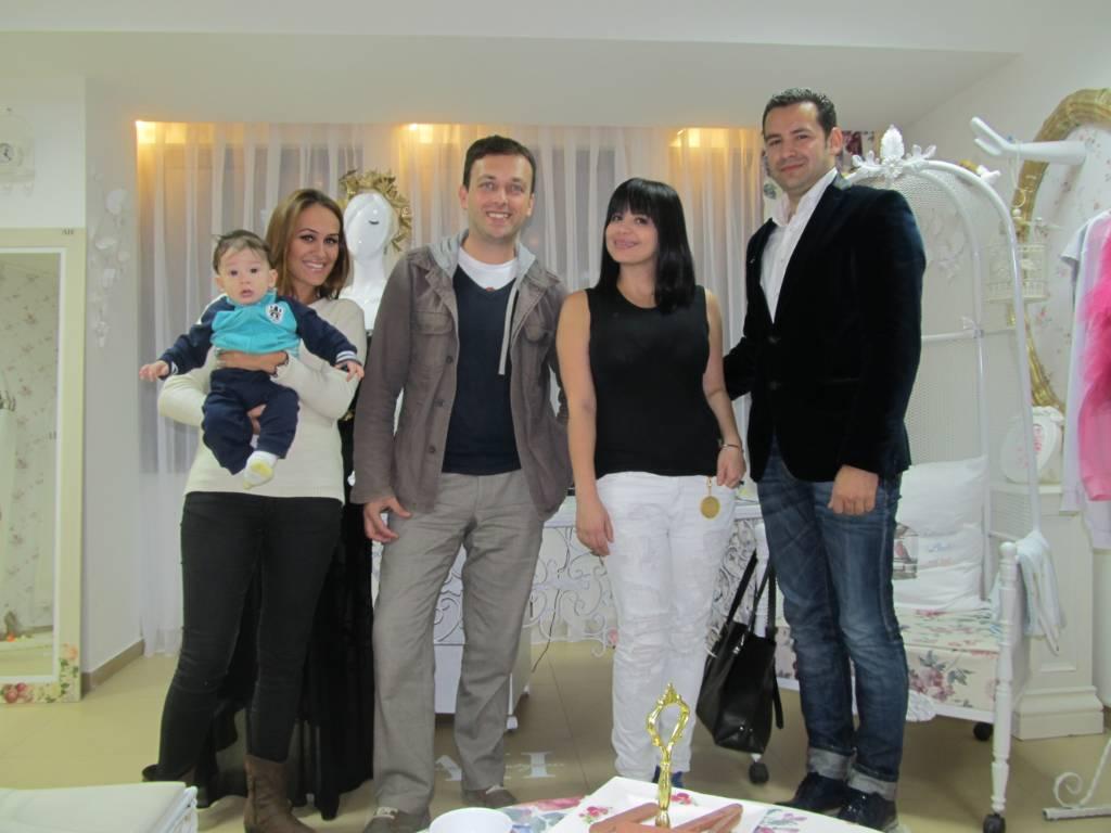 Amina i Rasim u ateljeu sa asistentkinjom Alisom, Hatidžom, Husainom i Nenadom.