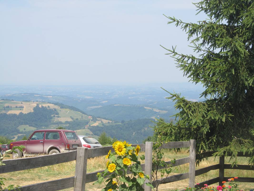 Rajac se nalazi na planini Suvobor, 100 km od Beograda, a nadmorska visina je od 600 do 849 metara