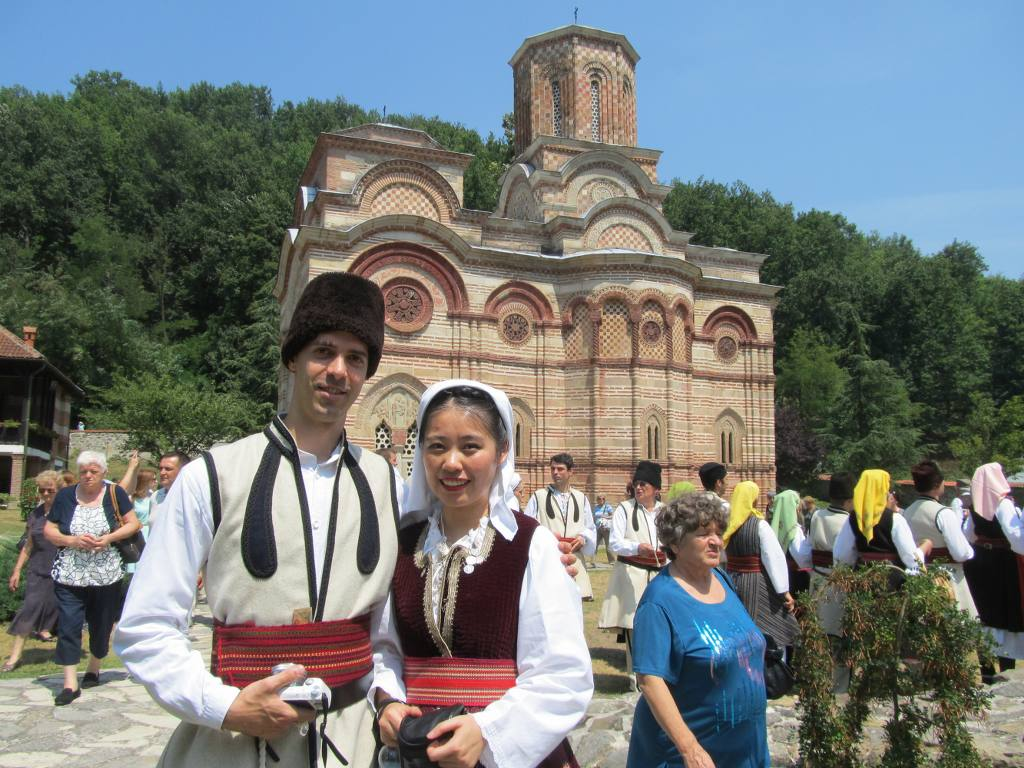Bogdan i Silvija igraju u Centru za tradicionalne igre u Novom Sadu. Ona je iz Kine i