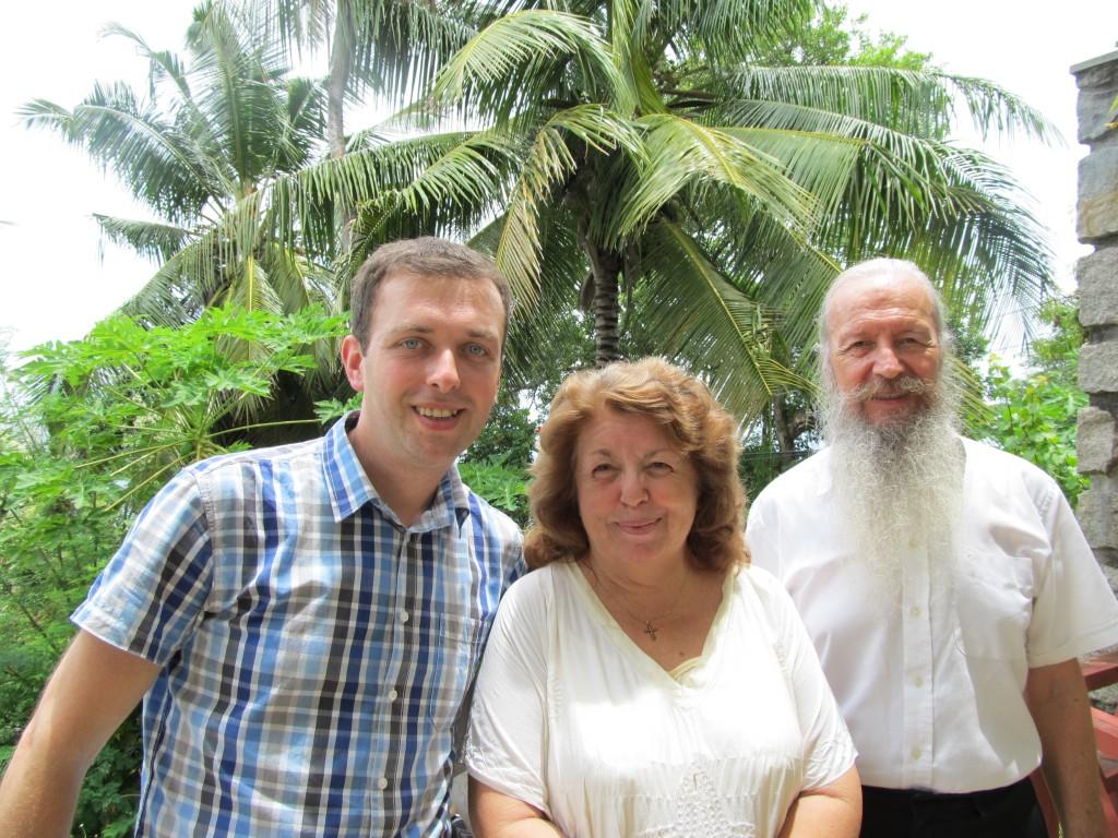 Bloger Nenad Blagojević sa Ocem Sergiosom i Vesnom Janošević u njihovoj bašti na Sejšelima
