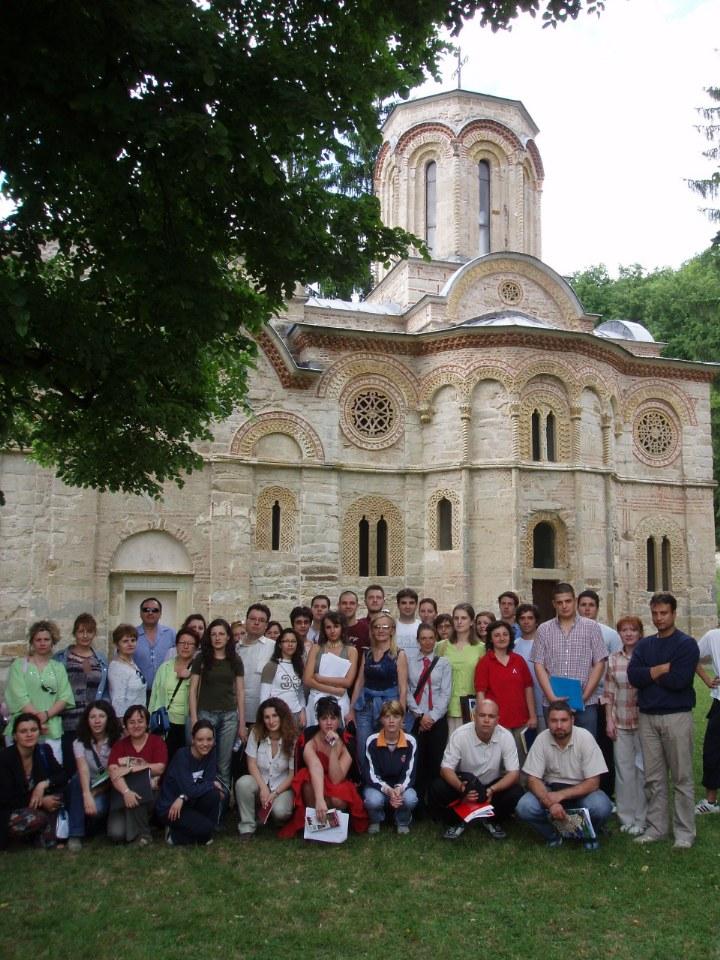 Profesorka sa kandidatima na polaganju stručnog ispita za turističkog vodiča.