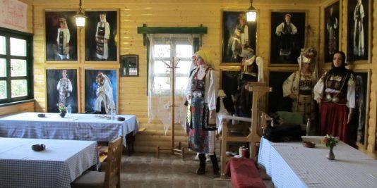 Sedam žena je obučeno da izrađuju narodne nošnje, a mnogi komadi ove svečane garderobe stigli su i do Kanade, Japana, Indije. Jedno srpsko kulturno-umetničko društvo iz Vašingtona obukle su upravo krojačice iz Zlakuse.