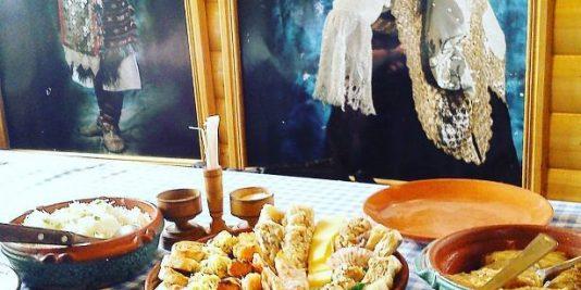 Na meniju su tradicionalna jela, od kojih se mnoga poput pasulja i kupusa spremaju u zemljanim posudama. Turisti vole i sarmice u raštanu sa kiselim mlekom, gibanicu, zeljanicu, kačamak...
